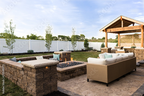 Papel de parede Outdoor Fire Pit and Landscaping
