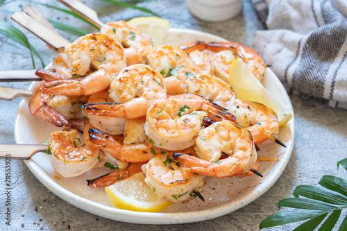 Fotografía  Grilled shrimp skewers