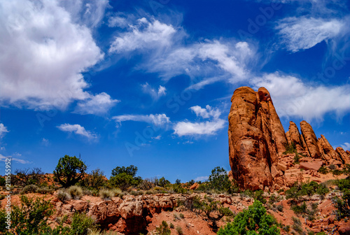 Fotografija Layered and Eroded Sandstone Contrasts with Wispy Clouds in Arches National Park