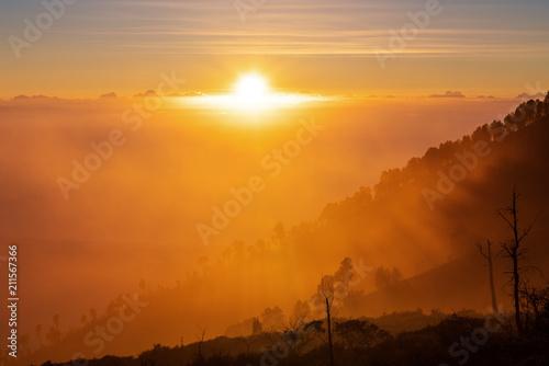 In de dag Ochtendgloren Silhouette mountain range and forests with yellow sunlight in sunrise