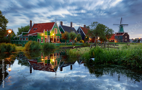 Papiers peints Europe Centrale Traditional house at the historic village of Zaanse Schans, Netherlands at night