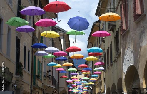 Obraz na plátne Volano gli ombrelli nei vicoli della città