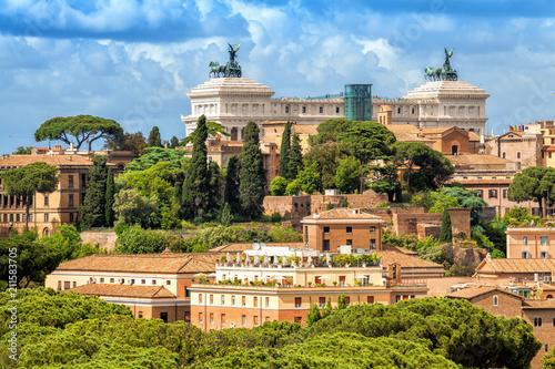 Zdjęcie XXL Widok z lotu ptaka malowniczy widok Rzymu. Ołtarz Ojczyzny znany również jako Narodowy Pomnik Wiktora Emanuela II w Rzymie, Włochy. Rzymska architektura i punkt orientacyjny.