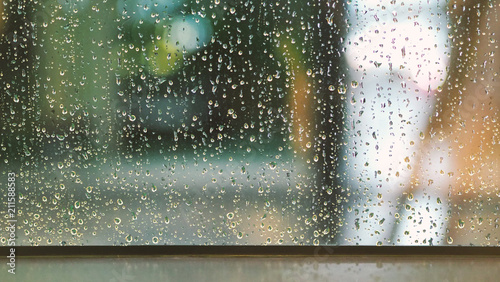 Foto Raindrops texture on the glass window frame of cafe room and nature background i