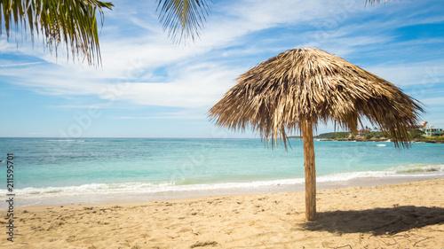 Fotobehang Caraïben karibischer Traumstrand mit Sand und Sonnenschirm in Playa Rancho Luna