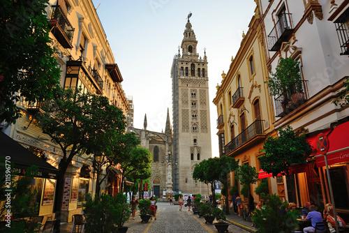Fototapeta premium Sewilla, Hiszpania - 21 czerwca 2018: Giralda w Sewilli.