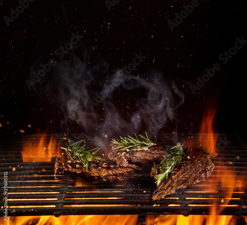 Staande foto Hoogte schaal Beef steaks on the grill with flames