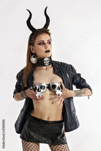 Photo Brunette girl with horns