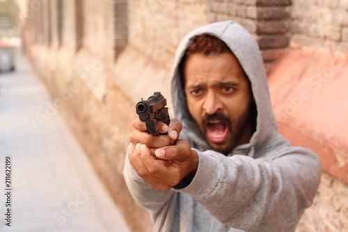 Photo  Mad ethnic man holding a gun