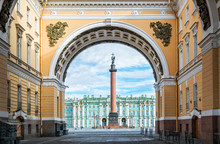 Александрийский столп на Дворцовой площади в Санкт-Петербурге в арке Главного штаба Alexandrian Column With An Angel
