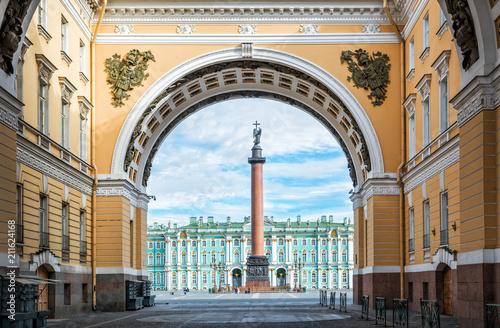 Александрийский столп на Дворцовой площади в Санкт-Петербурге в арке Главного шт Fototapete