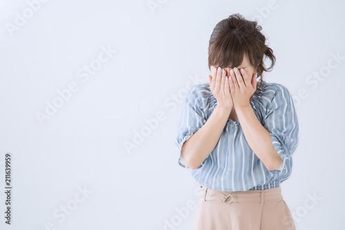 Obraz na plátně 顔を覆う女性