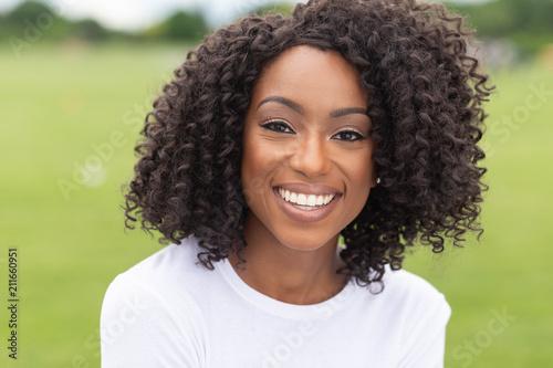 Fotografia  smiling portrait of african-american woman in park