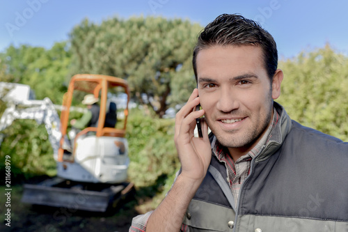 Tuinposter Zalm Gardener on the phone