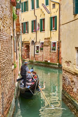 Türaufkleber Gondeln Venetian gondolier punting gondola through canal in Venice, Italy