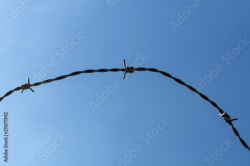 Fotografía  Barbed wire with blue sky