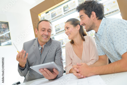 Fotografia  Couple in meeting with estate agent