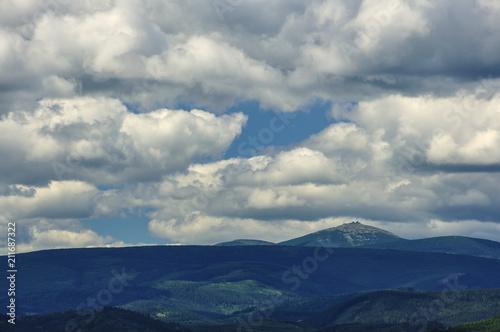 Poster Donkergrijs Górski pejzaż z chmurami
