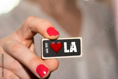 Tuinposter Los Angeles Eine Frau und ein Schild Ich liebe Los Angeles