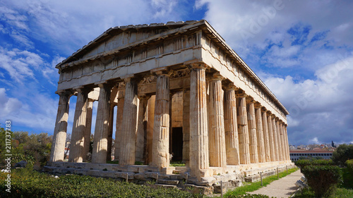 Photo Beautiful blue clouds and iconic Temple of Hephaestus one of the best preserved