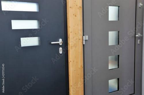 Valokuva Haustüren und Innentüren in der Ausstellung