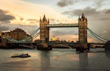 Tower Bridge Ao Por Do Sol.