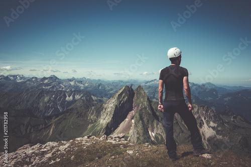 Tuinposter Alpinisme Bergsteiger auf Berg genießt die Aussicht