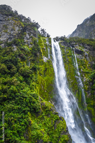 Foto op Aluminium Oceanië Waterfall in Milford Sound lake, New Zealand