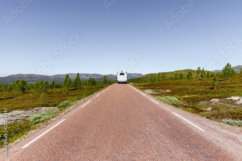 Staande foto Europa Straße mit Reisemobil