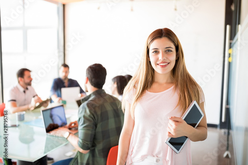 Fotomural Happy young business woman in meeting room