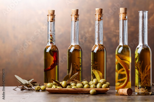 Poster Aromatische Green olives and bottles of olive oil .