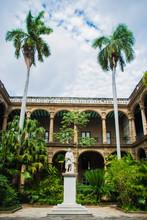 Ernest Hemingway Statue In Einem Museum In Kuba