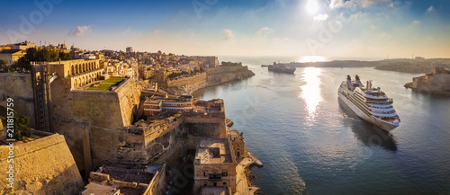 Photo Stands Ship Valletta, Malta - Panoramic aerial skyline view of Valletta when cruise ships sailing in the Grand harbor at surnise