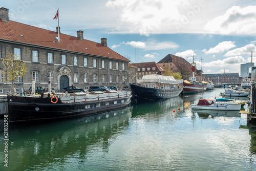 Spoed Foto op Canvas Zanzibar Schiffe im Kanal von Kopenhagen mit Wohnhaus im hintergrund
