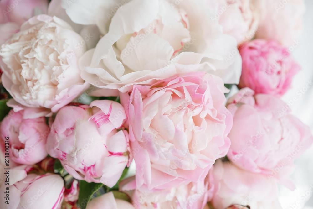 Koncepcja Florystyka. Bukiet piękni kwiaty na popielatym stole. Wiosenne kolory. praca kwiaciarni w kwiaciarni.