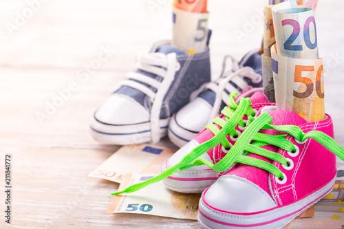 Fotografering  KIndergeld  -  Geld in Schuhen