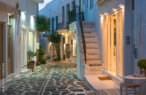 Fotografía  Touristic narrow street with souvenirs shops in the evening