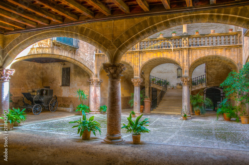 Canvas Print A small courtyard in Palma de Mallorca, Spain