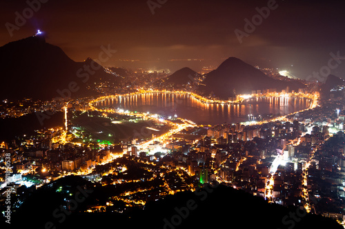 Foto op Plexiglas Amerikaanse Plekken Night View of Rio de Janeiro with Lake and Ipanema Beach