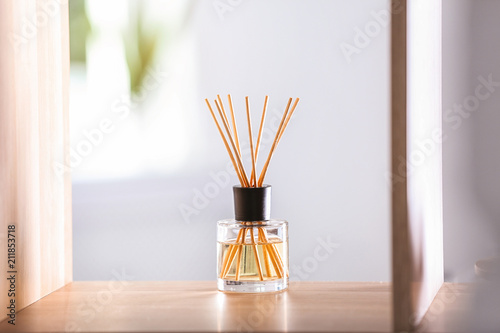 Foto Aromatic reed air freshener on table against blurred background