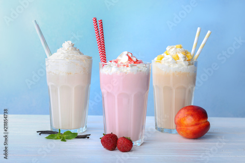 Foto op Plexiglas Milkshake Glasses with delicious milk shakes on table