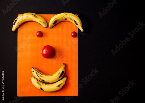 Fotografie, Obraz  expresión hecha con frutas en un fondo negro