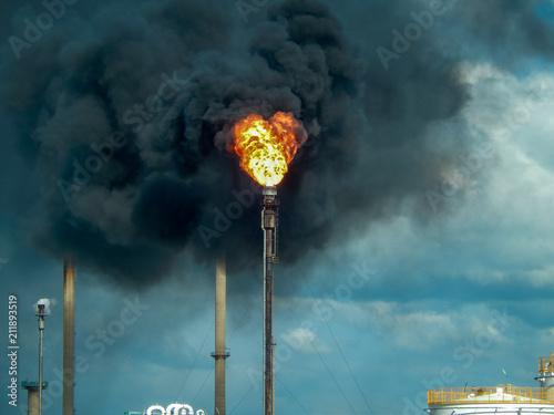Valokuva  Flamme d'une torche et d'un torchage d'un usine petrochimique dans une zone indu