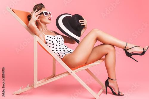 Pin-up woman on beach chair. Billede på lærred