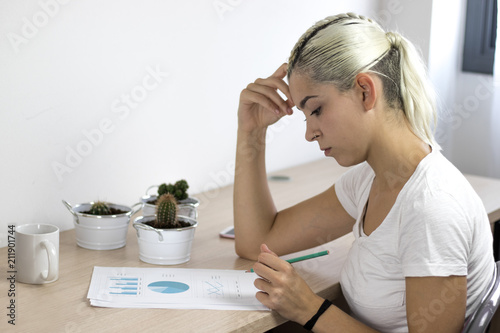 Foto  Chica joven estudiando