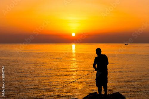 Staande foto Zeilen Silhouette of a fisherman by the sea