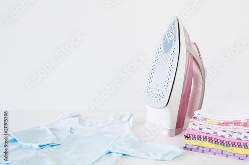 Obraz na płótnie Pink, modern iron
