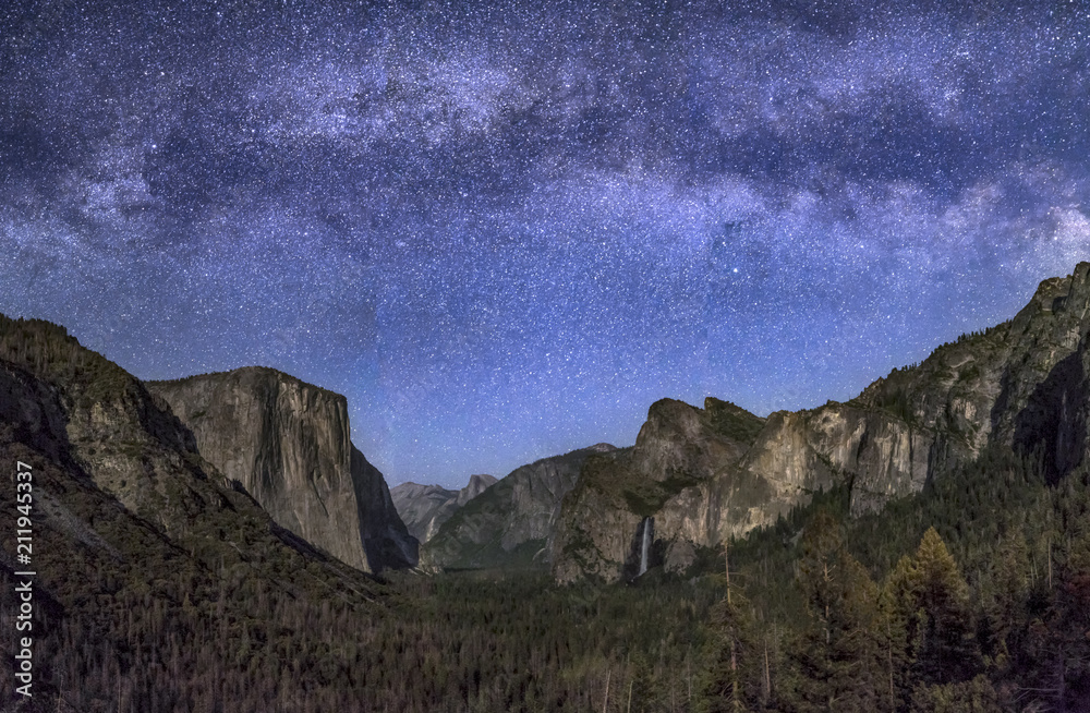 Fotografiet  Are the Stars Out Tonight - Milky Way over Moonlit Yosemite Valley