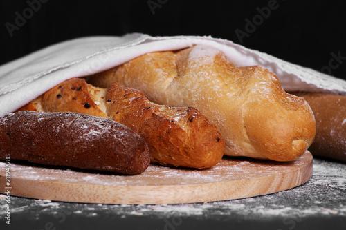 Keuken foto achterwand Brood багет под белой скатертью на столе, свежий хлеб