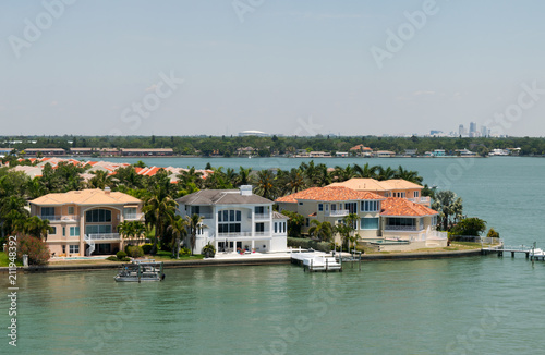 Fotografia Upscale, expensive waterfront homes with docks, Tampa Bay, Florida